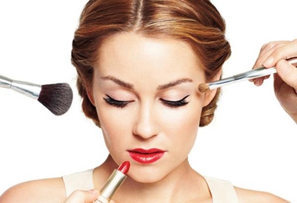 Косметика може зробити зі звичайної жінки чарівну красуню, однак, не завжди макіяж може дати позитивний результат. Іноді мейк-ап може додати віку і зі