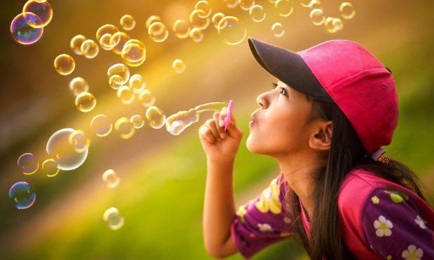 Мильна бульбашка - тонка багатошарова плівка мильної води, наповнена повітрям, зазвичай у вигляді сфери з переливчастою поверхнею. Мильні бульбашки за