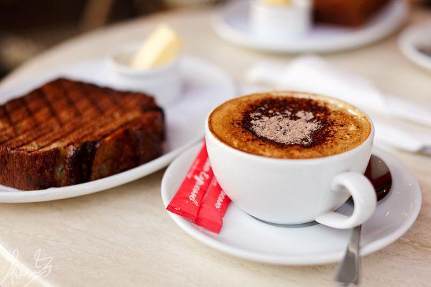 Медики попереджають, що особливо шкідливо снідати лише однією чашкою кави. Кава крім кофеїну, містить хлорогенові кислоти, які зумовлюють кисле середо