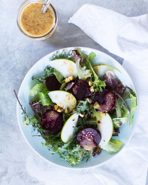 Салат з яблука і буряка не то що не зашкодить вашій фігурі, а ще й додасть корисних речовин організму. Так що спокійно такий салат можете вживати  піз
