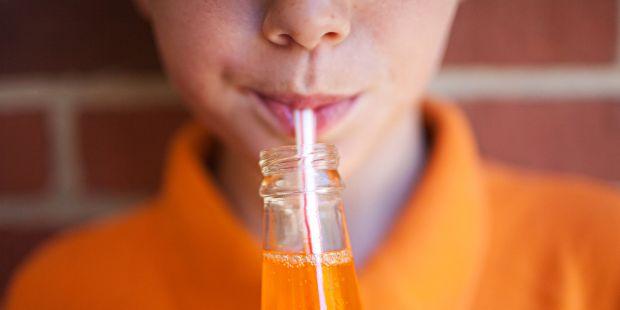 Чи можна дітям пити шипучі напої?