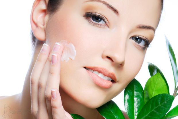 Нічні крему працюють ефективніше за денні, так як завдяки більш рідкій текстурі глибше проникають у шкіру, та й сама шкіра інтенсивніше оновлюється і
