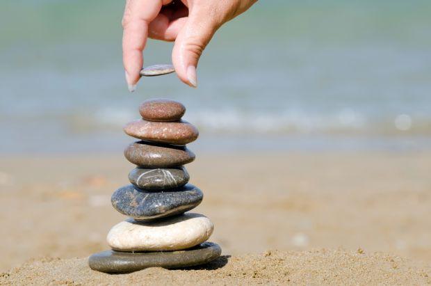 На вулиці дітей так і ваблять камені: хочеться потримати, кинути, штовхнути. А ще з ними можна грати в розвиваючі ігри. Читайте підбірку з 10 цікавих