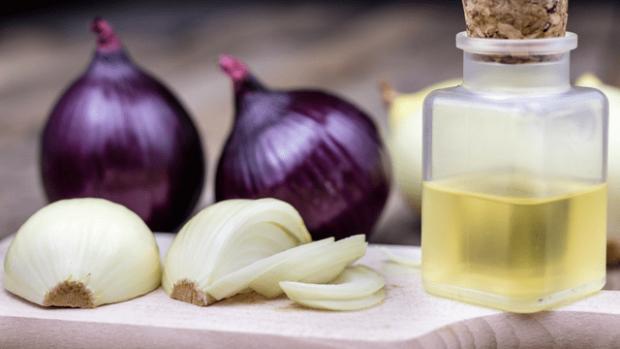 Хочете відростити й оздоровити волосся - спробуйте зробити маску з рицинової олії зі соком цибулі.