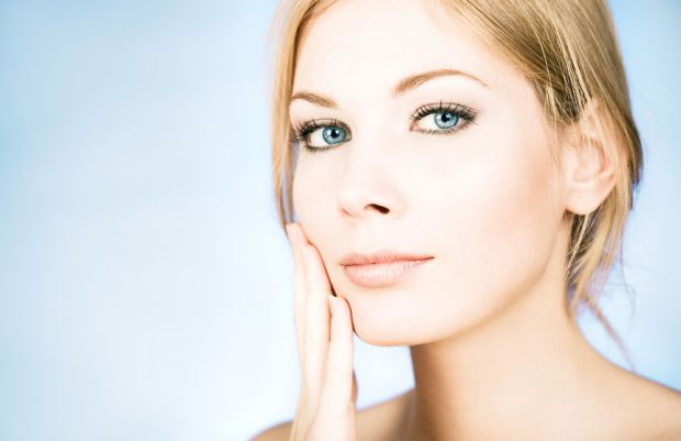 Домашні маски для підтяжки обличчя, виготовлені з натуральних компонентів, відмінно справляються з ознаками старіння, надаючи обличчю молодий і доглян