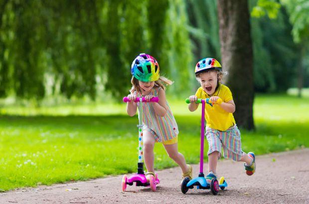 Дети обожают играть, прыгать, бегать и кататься. Именно поэтому родители всевозможными методами стремятся не отбить желание у ребенка вести активный о