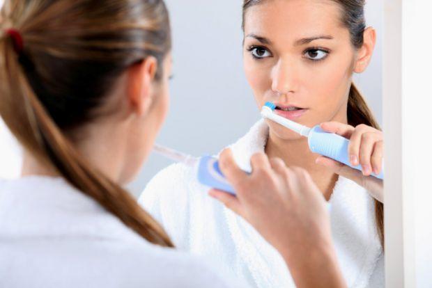Чи замислювалися ви про те, чи потрібно викидати зубну щітку після хвороби?