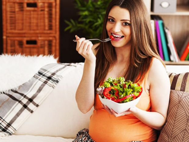 Коли жінка вагітна, то їй не все дозволено їсти. Читайте, що краще споживати вагітним.