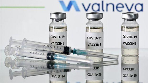 У Польщі з ранку неділі, 27 грудня, розпочалася вакцинація проти коронавірусу. Першою, хто отримав щеплення, стала старша медсестра головного клінічно