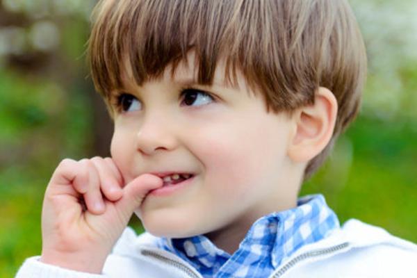 Звичка гризти нігті – це не тільки не естетично, а й може свідчити про проблеми дитини в садку чи у школі.