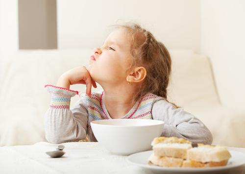 Ти будеш нормально їсти?Звичайно ж, дитині більше подобається їсти печиво і морозиво замість повноцінних прийомів їжі. І якщо ви намагаєтеся нагодуват