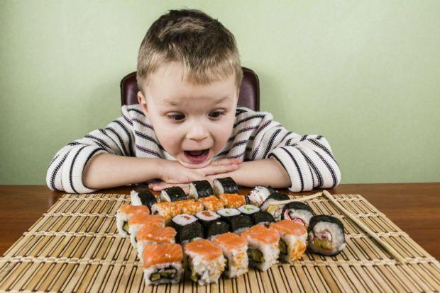 Пропонувати дитині суші не рекомендується. Адже для приготування суші часто використовується сира риба, а щоб знизити ризик паразитарного зараження, с