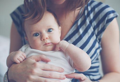 Реакція глухого хлопчина на голос мами, який він почув вперше.Цей хлопчик народився глухим і він ніколи не чув ні голосу мами, ні жодних інших звуків.