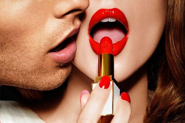 Виявилось, що жінки за своє життя з'їдають багато косметології.Американські дослідники в ході досліджень виявили, що жінки щороку споживають до 3 кг