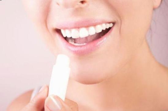 Часто губи обвітрюються і починають тріскати. Що робити?