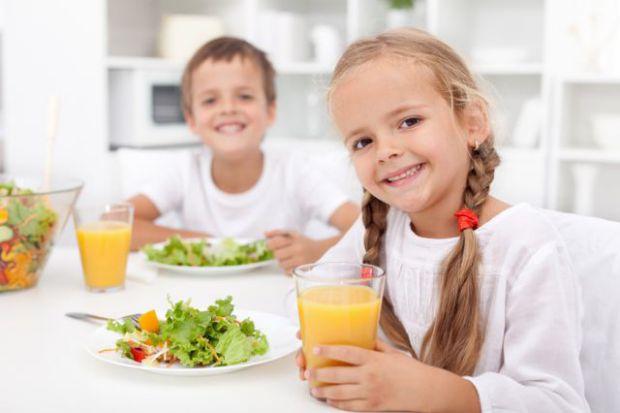 Непомітно закладіть дитині звичку до правильного харчування.