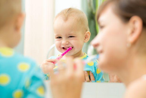 Діти повинні чистити зуби двічі на день. А з якого віку вартопочинати привчати до цієї процедури? Стоматологи кажуть, що відтоді, як у дитини вилазять