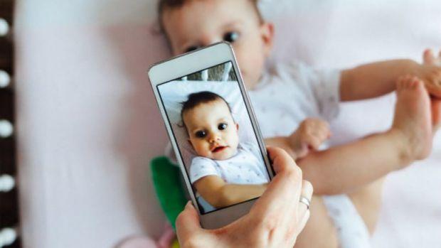 Часто можна зустріти на сімейних світлинах в соцмережах замість дитячих облич – смайлики. Психологи назвали 6 причин, чому деякі батьки це роблять.