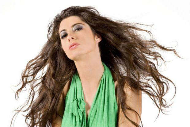 Лікарі запевняють, що норма випадіння волосся - до 100 волосинок в день, однак, в чому ж причина їх надмірного випадання? Повідомляє сайт Наша мама.