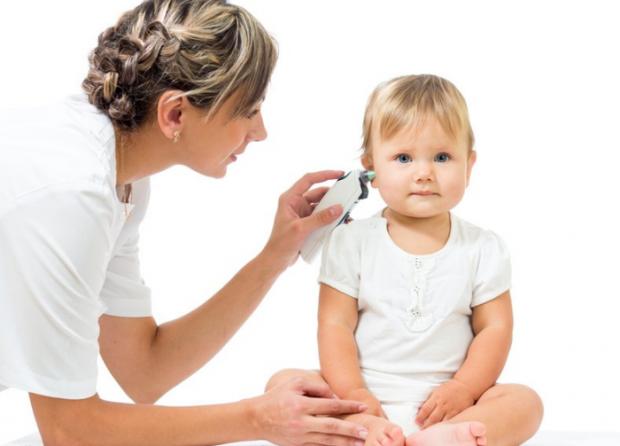 Батькам грудничка буде корисно дізнатися, чому дитина чухає вуха у віці до року. Це дозволить їм своєчасно подбати про усунення чинників, що провокуют