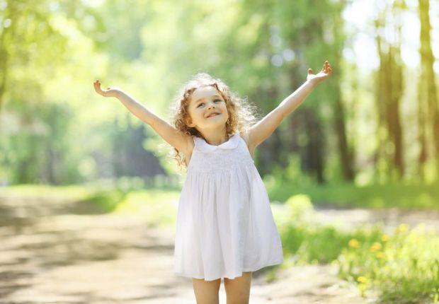 Дослідження показують, що діти, які схильні вважати, що склянка наполовину повна, краще долають життєві проблеми й почуваються щасливими.