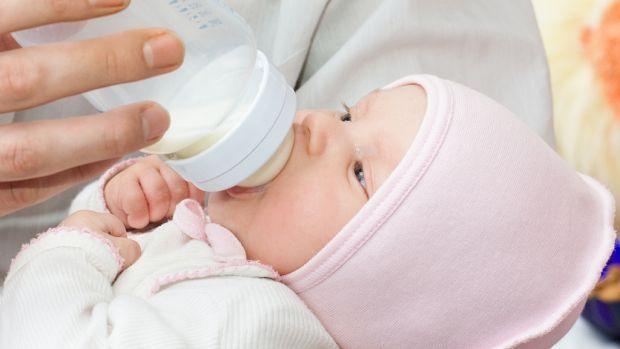 Зберігати грудне молоко можна кількома способами:- При кімнатній температурі (не вище 25 С) - до 6 годин;- У контейнері, де ємність з молоком можна об