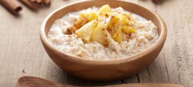 Простий рецепт дитячого сніданку з вівсянки і яблук.