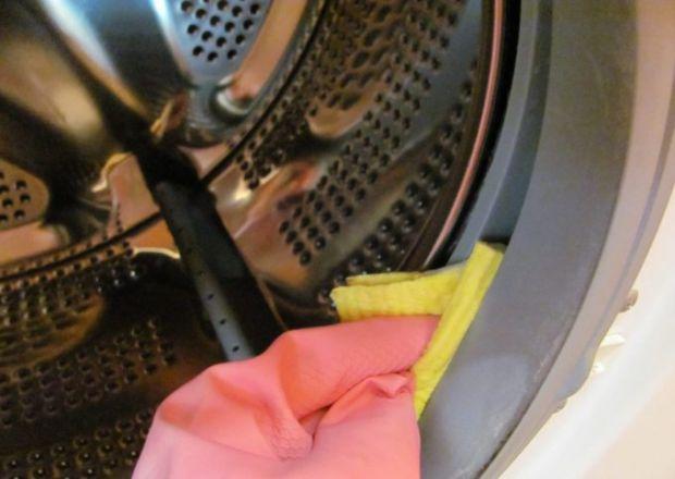 Експерти розповіли, що найкращий ефект при очищенні пральної машини від накипу дає звичайний оцет.