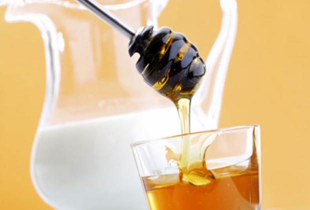 З дитинства відомий метод лікування кашлю - це мед з молоком - смачно і корисно. Але не для всіх, як виявляється.