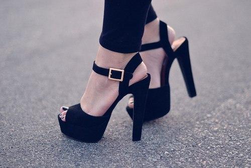 Взуття на підборах надає жінкам упевненість в собі, проте регулярне носіння взуття на високих підборах може стати причиною розвитку проблем зі здоров'