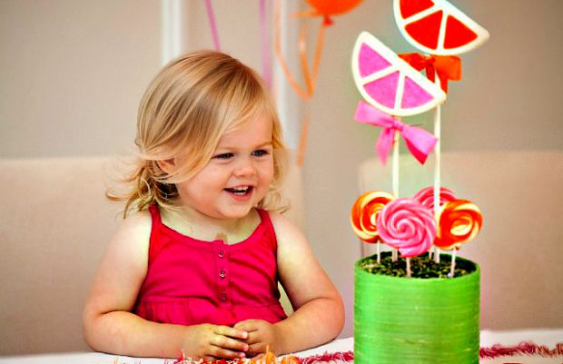 Дітям шалено подобаються смаколики, однак, надмірне захоплення ними може призвести до збільшення ваги малюка, появи глистів та проблем зі шлунком. Та
