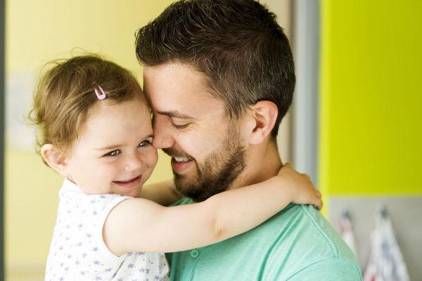 Вчені проводять багато досліджень на тему ідеального віку для зачаття у матерів. Але є ж ще й татусі, які «діляться» половиною своїх генів. У недавньо