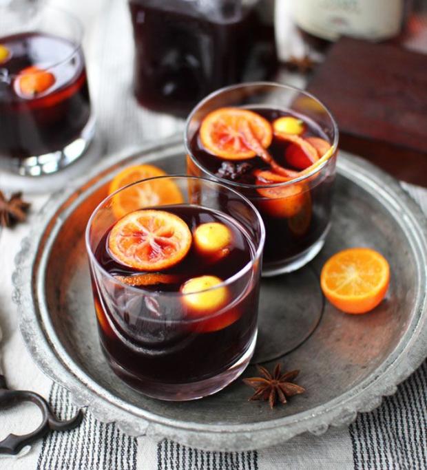 Глінтвейн - це чарівний напій, який, як правило, готують з підігрітого легкого вина, додаючи спеції, прянощі і фруктовий сік за смаком. Багато хто люб