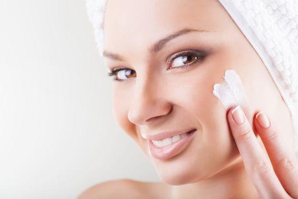 Очищуючий тонік для обличчяТонік для шкіри обличчя призначений для того, щоб вирівняти кислотно-лужний баланс шкіри перед тим, як наносити на неї крем