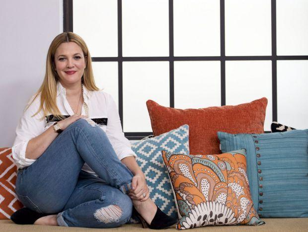 Популярна акторка Дрю Беррімор рідко буває вдома, тому зірка розповідає про батьківські лайфхаки, які допомагають донькам і їй пережити розлуку.