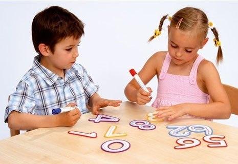 Починати вчити цифри можна уже з 2-річного віку, коли мозок дитини як губка всмоктує всю інформацію. Але ця інформація повинна бути цікавою, тому прос