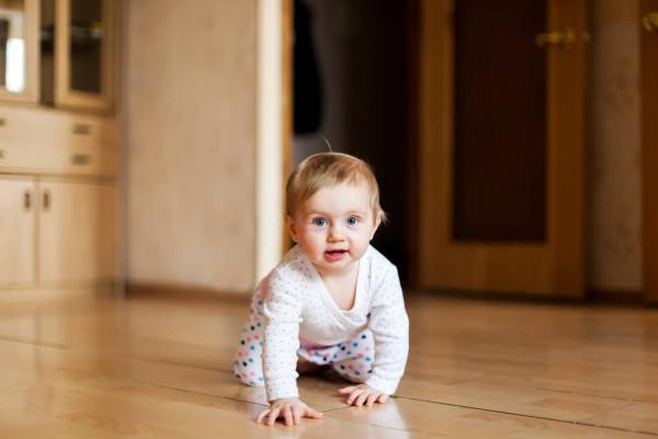 Дитина впала з ліжка. Будемо сподіватися, що з вашим малюком все обійшлося, і він просто злякався. Як це перевірити.