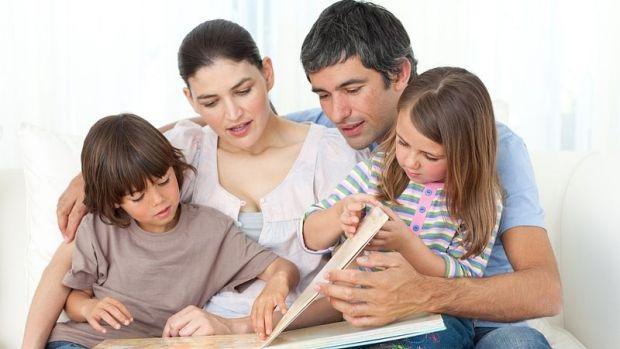 Малюк постійно потребує маминої турботи, схвалення і сприяння. Всього кілька правил допоможуть тобі виростити маленького інтелектуала.