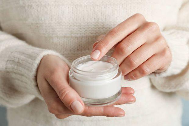 З настанням холодів все більше людей стикаються з тим, що шкіра на руках висушується і тріскається, навіть якщо захищати руки.