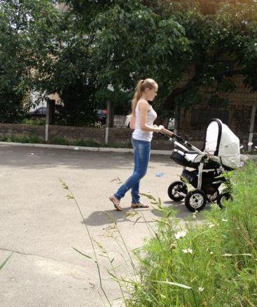 Папарацці сфотографували співачку Alyosha на прогулянці з її первістком, що з'явився на світ чотири місяці тому.