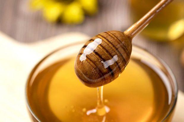 Мед містить близько 300 інгредієнтів, які допомагають як жирній, так і сухій шкірі, деякі з яких добре відомі: вітамін В, кальцій, цинк, калій і заліз