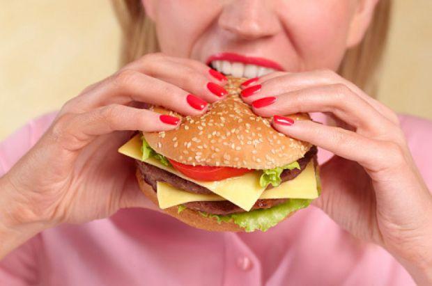 Ці хитрощі точно допоможуть вам їсти менше, повідомляє сайт Наша мама.