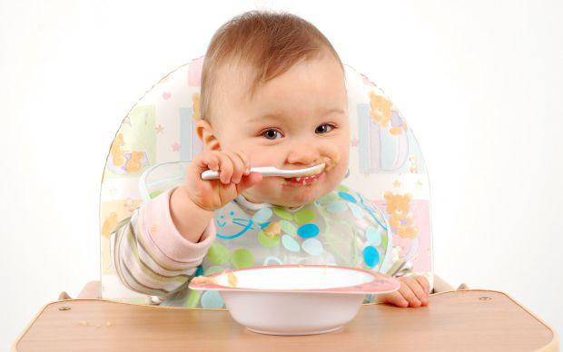 Який найкращий вік, щоб вчити дитину самостійно їсти ложкою - читайте далі.