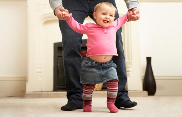 Батьки багатьох малюків скаржаться на цю проблему. Ледве навчившись вставати на ніжки, чадо починає ходити на носочках. Спершу це викликає замилування