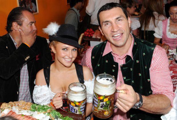 Український боксер днями заручився з американською актрисою Хейден Панеттьєр.