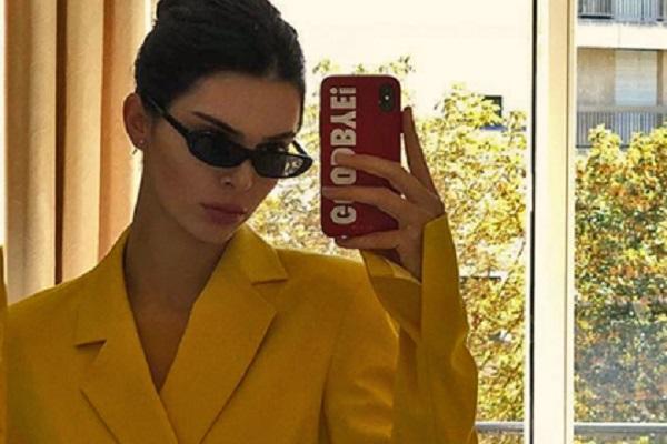 Американську супермодель і учасницю реаліті-шоу «Сімейство Кардашьян» Кендалл Дженнер сфотографували в монохромному яскраво-жовтому костюмі. Знімок оп