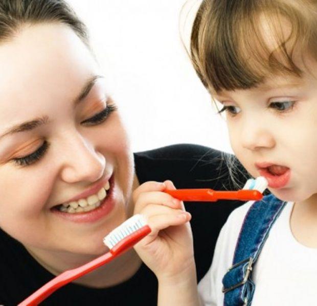 Зубна щітка - це сторонній предмет для дітей, тому вона часто викликає у них негативні емоції.