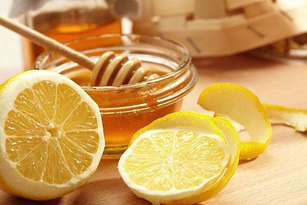 Вас турбують прищі на обличчі? Не варто бігти за дорогими засобами в аптеку. У вас в домі, швидше за все, є мед. От ним і скористайтеся.