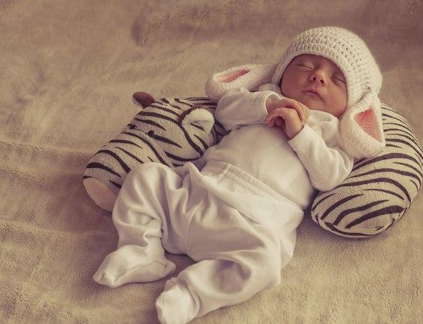 Вважалося, що сон малюка без подушки - це норма до того моменту, поки дитина не почала сидіти. Дорослі теж можуть спати без подушки, однак, як виявило