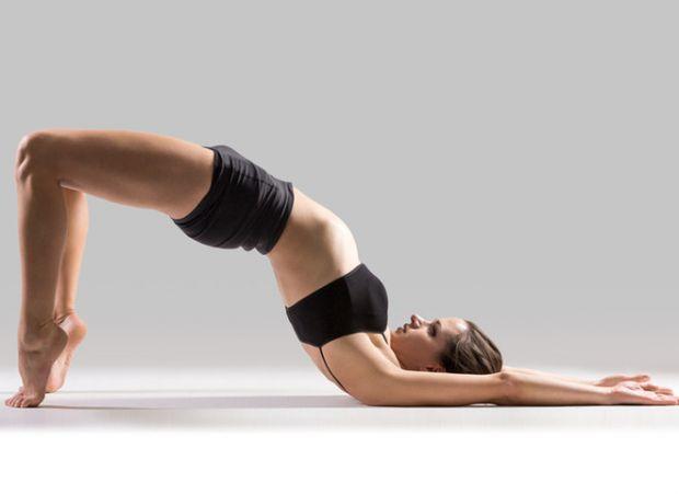 Заняття, як правило, проводяться на підлозі, тому необхідно взяти ковдру або спеціальний килимок для занять йогою.